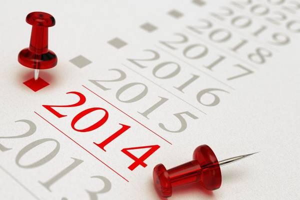 Photo d'un calendrier avec deux épingles rouges autour de l'année 2014.