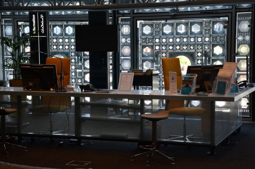 Photo de la banque d'accueil de la bibliothèque de l'IMA
