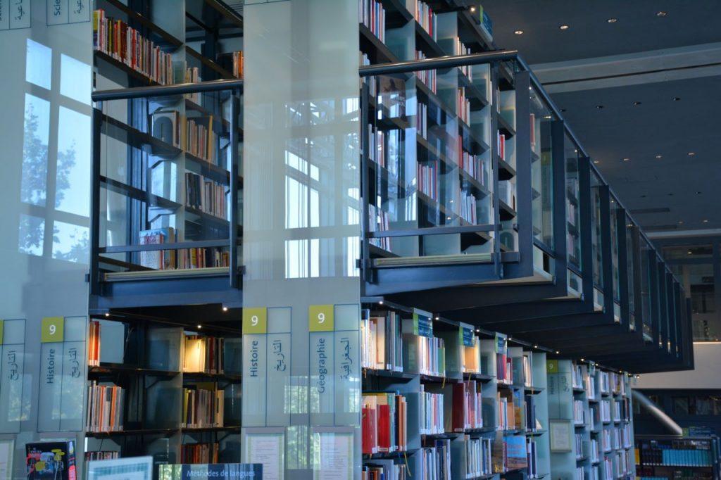 Photo des rayonnages de la Bibliothèque de l'IMA