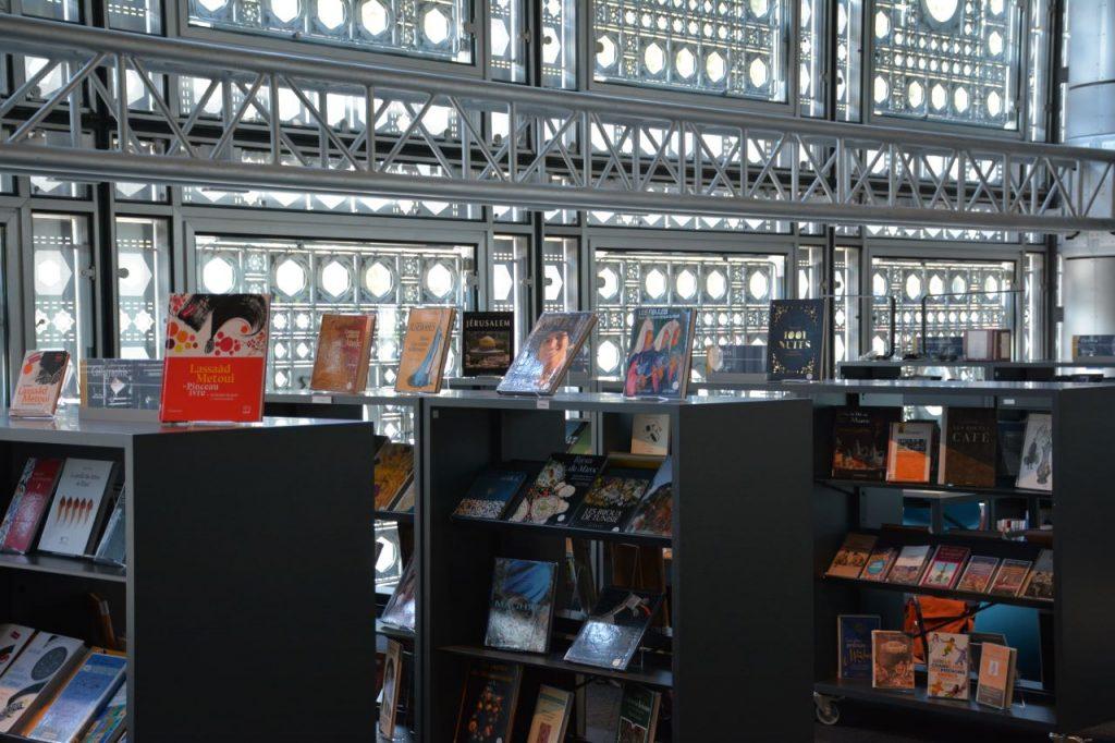 Photo du rez-de-chaussée avec les étagères à revues