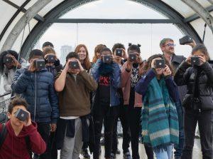 Collégiens avec leur camera obscura au centre Pompidou