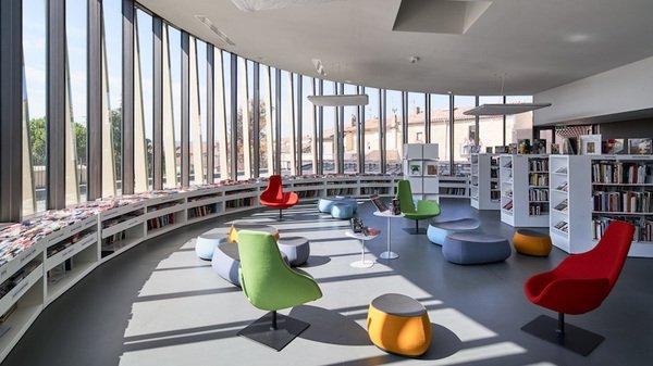 Vue d'un salon de lecture de la médiathèque Les Carmes de Perthuis.