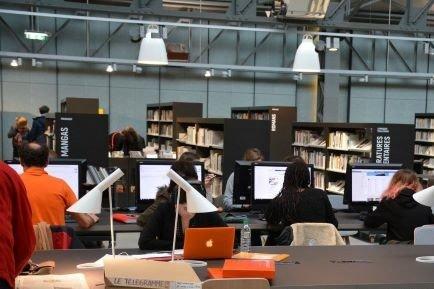 Photographie intérieure de la bibliothèque des Capucins à Brest, avec au premier plan, les écrans