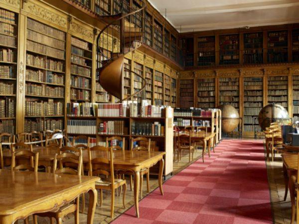 Photographie de la salle de lecture de la bibliothèque classée de Chalon-sur-Saône