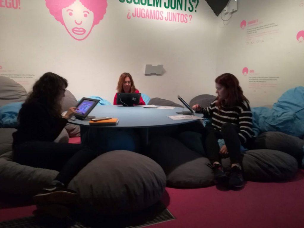 Atelier avec 3 personnes dans un espace de jeu vidéo.