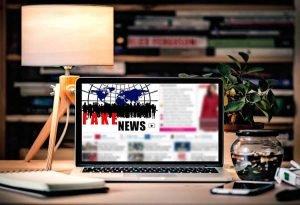 Ecran ordinateur avec les mots fake news en grand