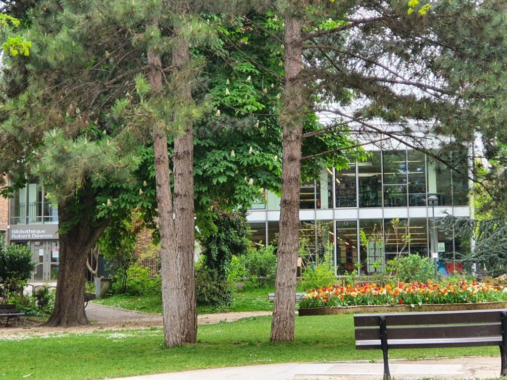 Photographie du bâtiment de la bibliothèque Robert-Desnos et du jardin qui l'entoure
