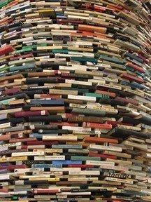 Photographie d'une colonne de livres circulaire
