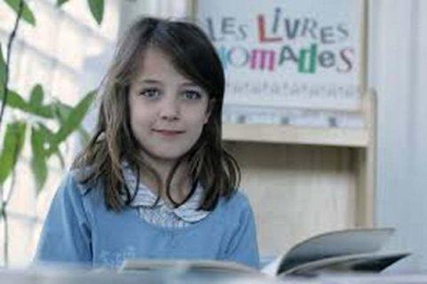 """Enfant et affiche """"Les livres nomades"""""""
