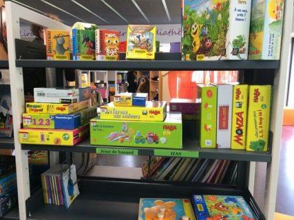 Visuel d'une étagère à la ludo-médiathèque de Saint-Médard-en Jalles