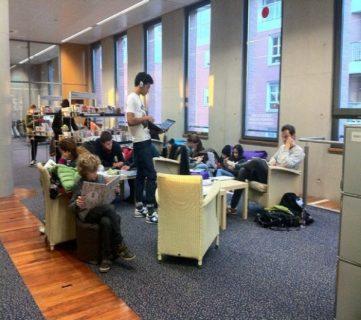 Photo d'un groupe de collégiens dans une bibliothèque à Toulouse.