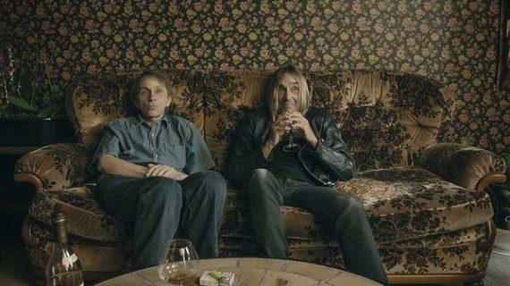 """photo extraite du film """"Rester vivant: méthode"""": Michel Houellebecq et Iggy Pop assis sur un canapé"""