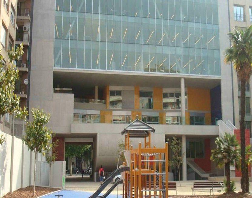 Façade de la bibliothèque Camp de l'Arpa à Barcelone