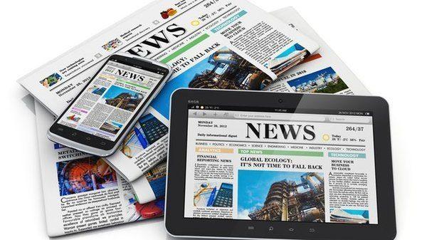 Visuel avec des journaux et des tablettes