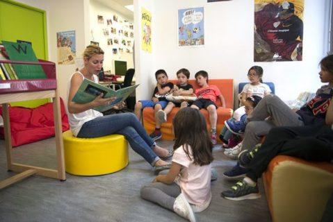 Lecture à haute voix à un groupe d'enfants dans une bibliothèque
