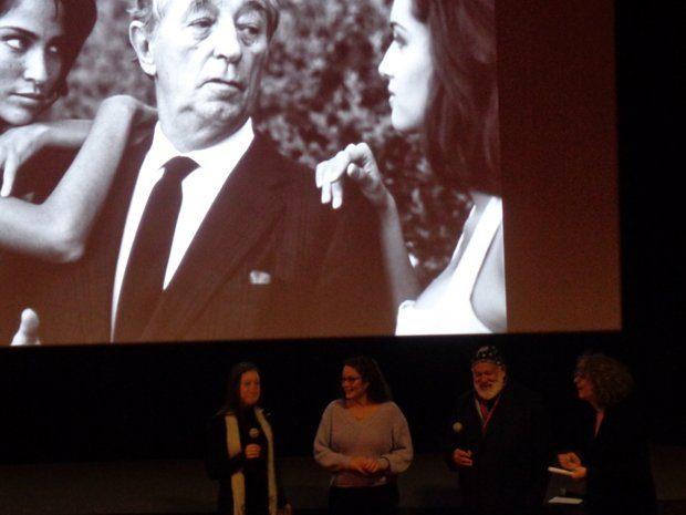 De gauche à droite, sous la photo de R.Mitchum : 2 de ses petites filles et Bruce Weber (Paris, février 2019)