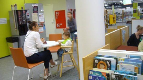 Public dans la biblothèque enfants d'Espoo