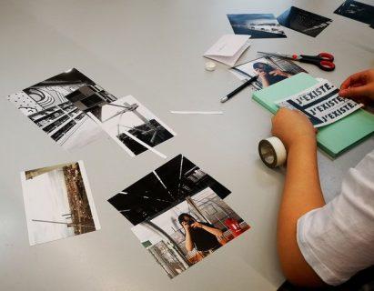 Photographie d'un enfant de dos en train de découper des images