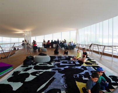vue en hauteur d'enfants jouant sur un tapis