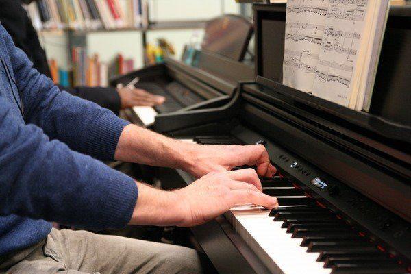 Vue sur les mains d'un pianiste.