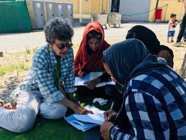Femmes participant à un atelier d'alphabétisation au Bengladesh, en plein air