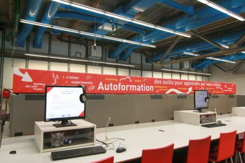 photographie de l'espace autoformation avec un bandeau rouge où les ressources sont inscrites : informatique, langue, etc.
