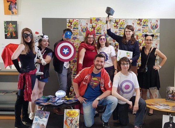 Photo de groupe des Rêveurs déguisés en super-héros.