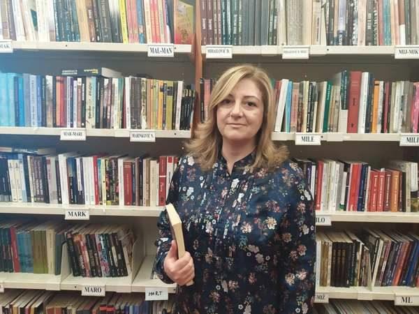 Portrait d'Ognjenka Savanovic par sa collègue Milijana Bojic dans la bibliothèque publique municipale de Banja Luka.
