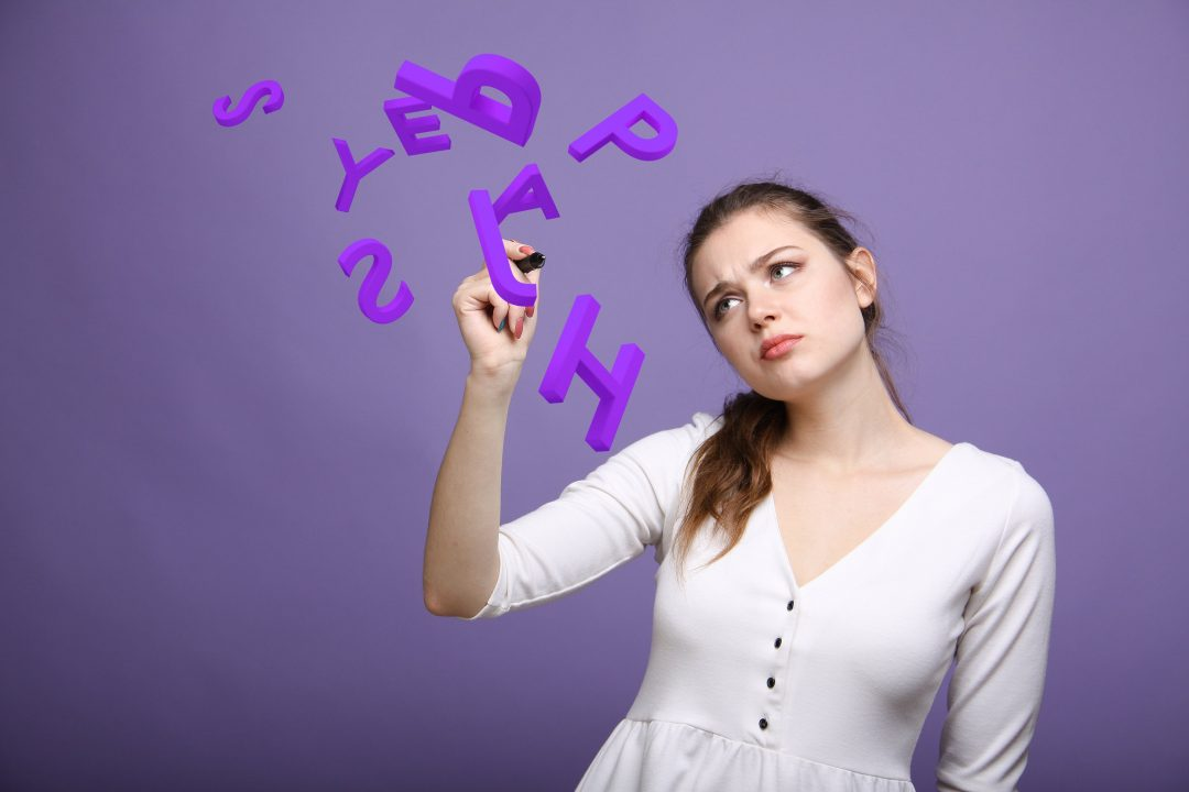 Image représentant une jeune fille entourée de lettres, sur un fond violet