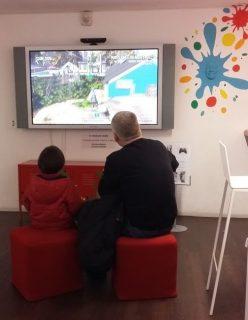 Photographie de joueurs de dos, face à l'écran, dans la salle de jeux vidéo de la Bpi