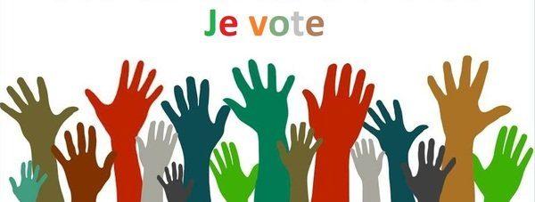 dessins de mains multicolores dressées comme pour voter