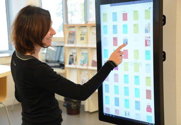 Femme face à l'écran de BiblioTouch