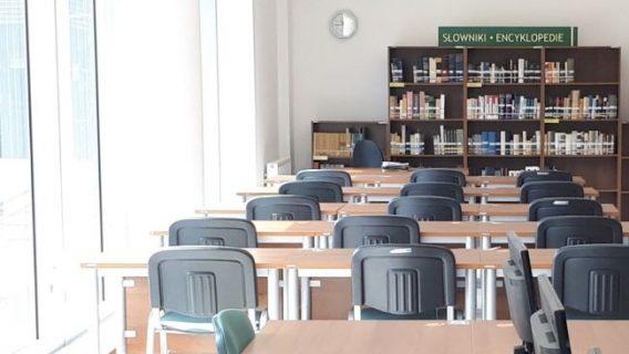 Photographie de la salle de la bibliothèque vide avec tables et chaises des places de lecture