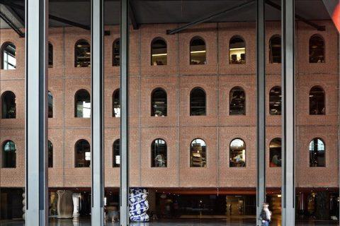 Photographie de la médiathèque à l'intérieur du Centre Azkuna