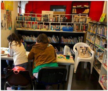 Enfants faisant des activités dans la bibliothèque
