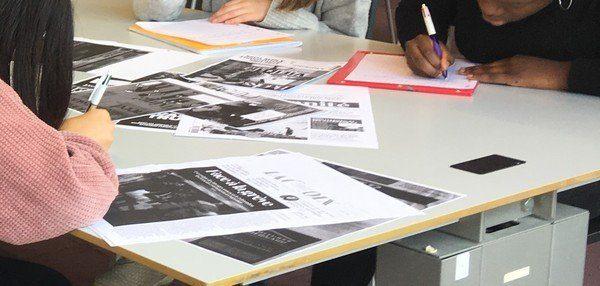 Photographie d'ungroupe d'élèves travaillant sur des Unes de journaux