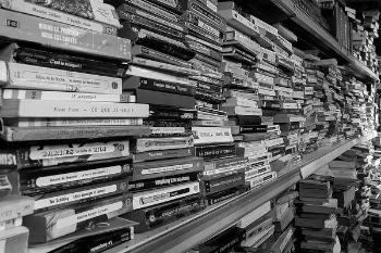 Pile de documents (noir et blanc)