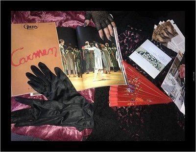 Photographie en couleurs montrant le travail des élèves sur Carmen : livret, gants noirs, éventail