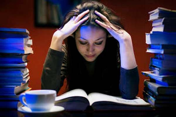 photo de femme concentrée sur sa lecture