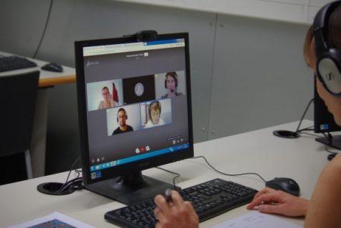 Bibliothécaire face à son écran pour animer un atelier de conversation