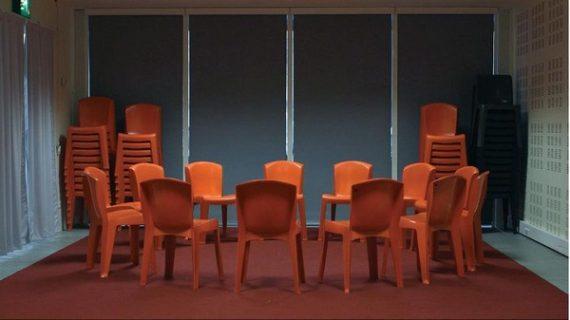 Photographie de l'espace intitulé l'atelier, à la Bpi : chaises mises en cercle