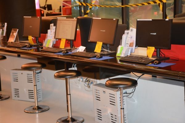 Photographie des ordinateurs dédiés aux publics dans la médiathèque François Truffaut, Paris
