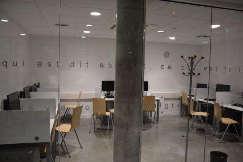 Photographie de la salle informatique de la bibliothèque pardisienne Assia Djebar