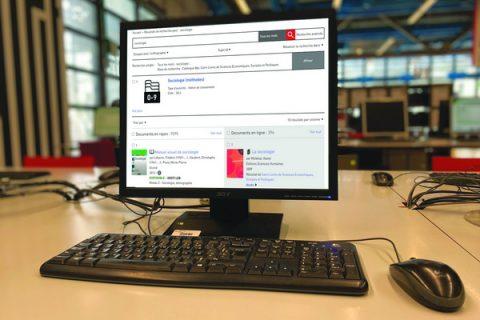 Photo d'un ordinateur posé sur une table présentant le catalogue de la Bpi