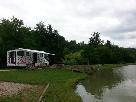 Photographie du Médiabus installé au bord d'un lac