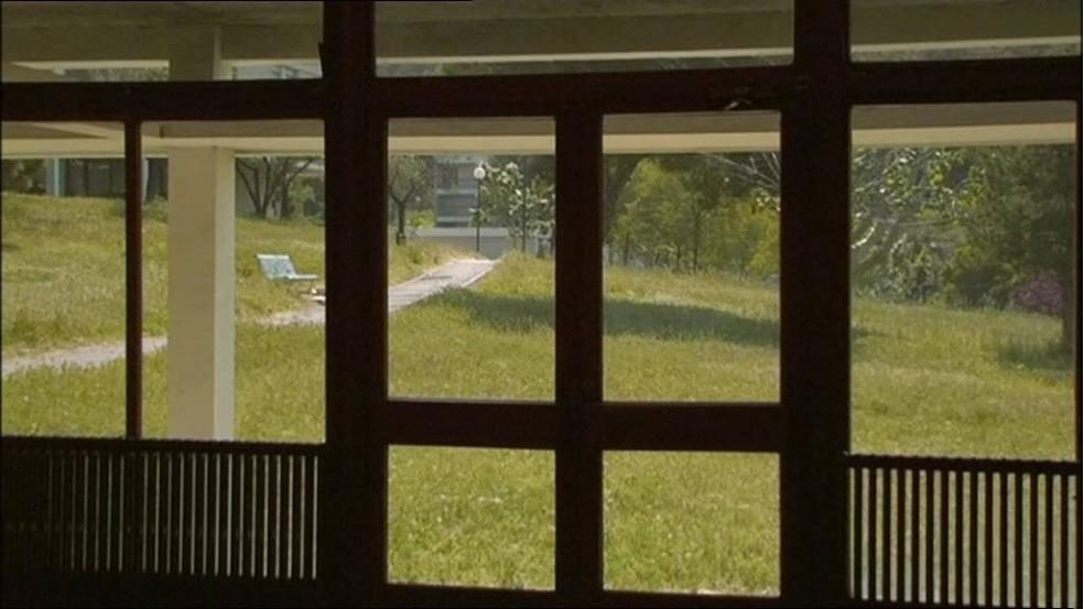 photo du documentaire Valvert représentant une vue vers l'extérieur à travers une porte vitrée et des vitres