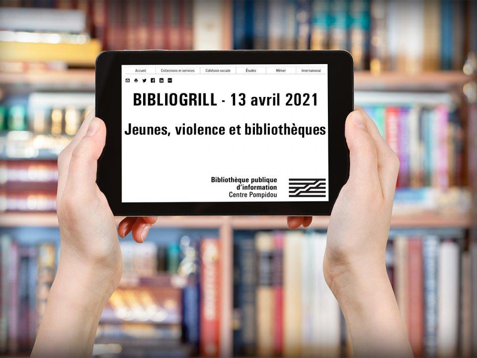 Vue d'une tablette avec marqué Bibliogrill tenue par deux mains devant un rayonnage de bibliothèque