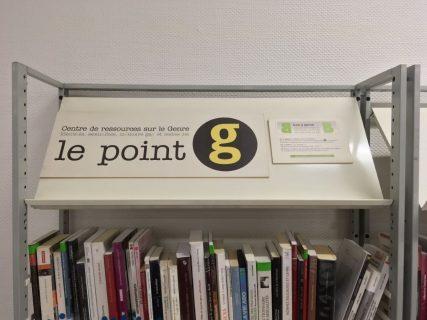 Photographie du logo du point G posé sur une étagère de livres
