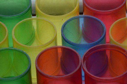 Photographie de pots de couleurs différentes