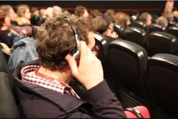 personne équipée pour une séance d'audiodescription